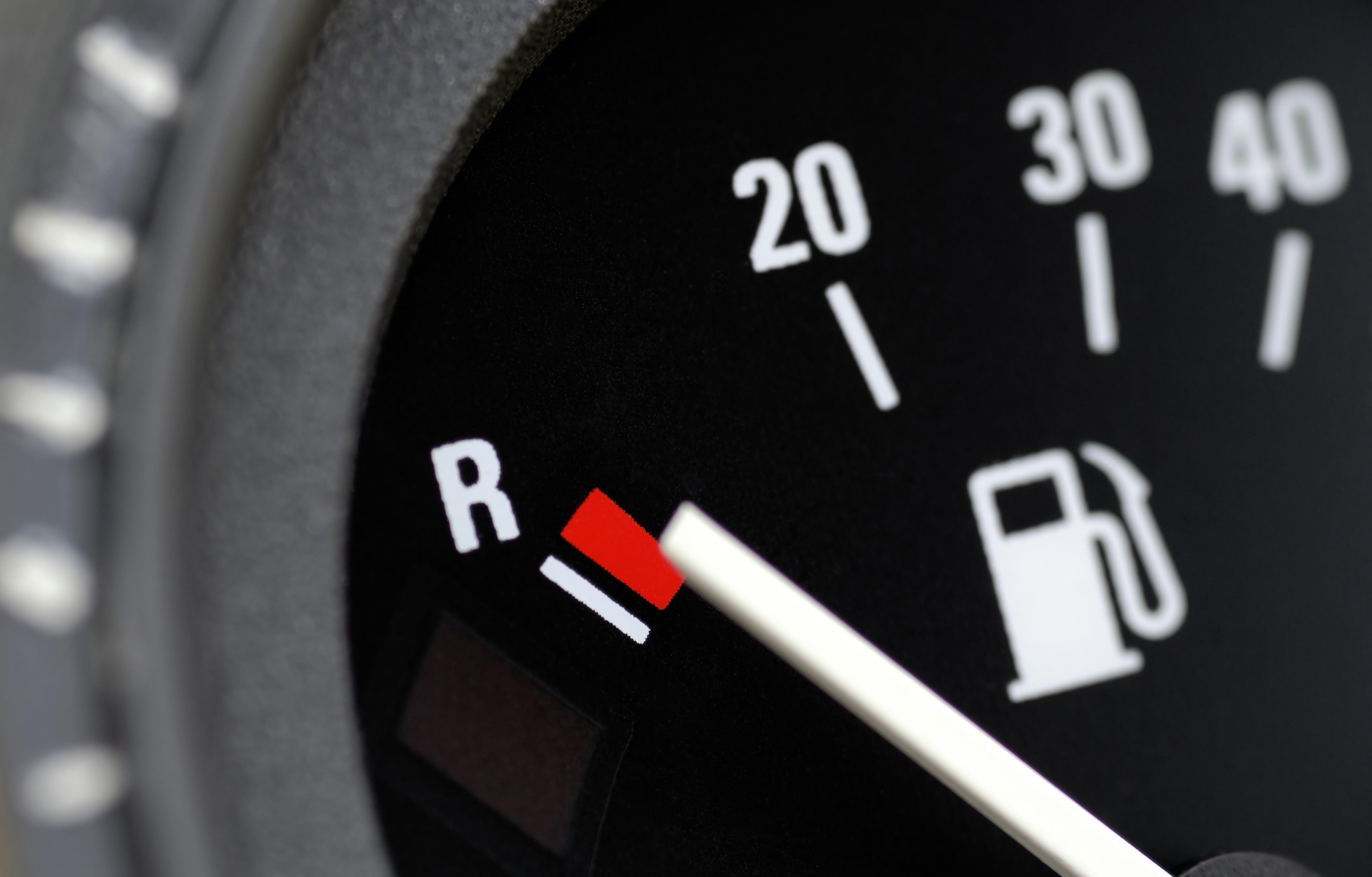 Conducir con el depósito en reserva de combustible y sus problemas